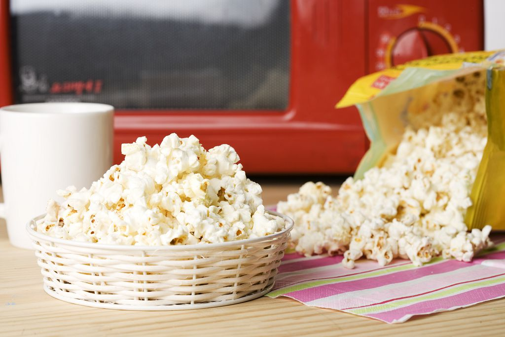A basket of popcorn and popcorn on the table